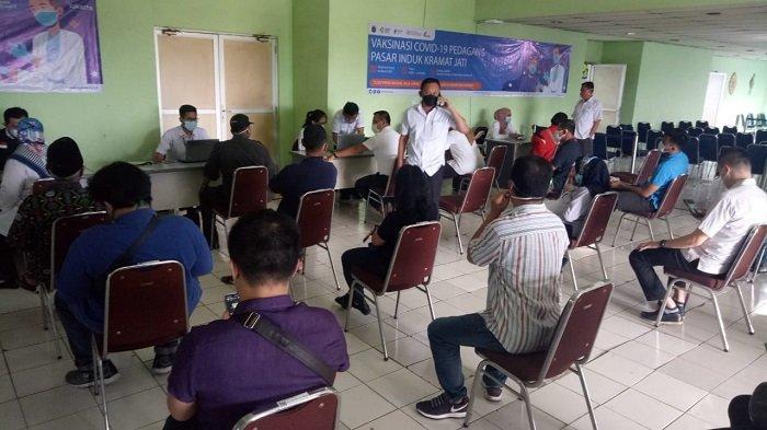 Pedagang Pasar Induk Kramat Jati Menjalani Vaksinasi Covid-19 Tahap Dua