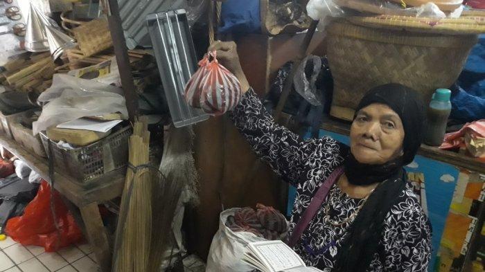 Jelang Idul Adha, Pedagang Peralatan Sate di Pasar Slipi Tambah Persediaan Tanpa Besek Bambu