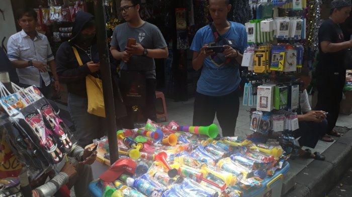 Selain Pernak Pernik Natal, Pedagang Terompet Mulai Berjualan di Pasar Pagi Asemka