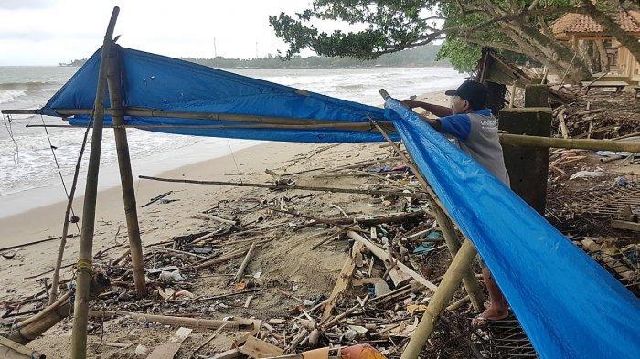 Warungnya Porak Poranda Diterjang Tsunami, Aden Berharap Bantuan karena Kehilangan Mata Pencaharian