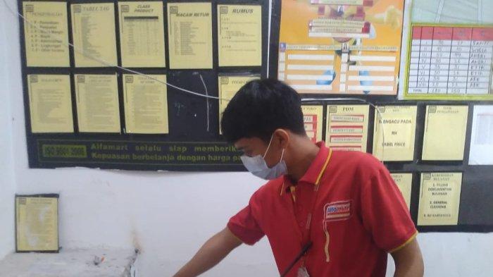 Pegawai minimarket di Bekasi menunjukan brankas yang dicuri Selasa (5/10/2021)
