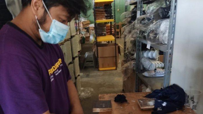 Pekerja sedang mengerjakan produk merek Apparel Seattle