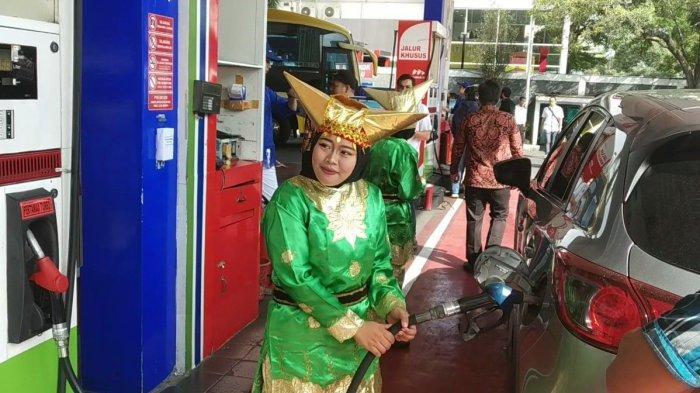 Peringati Hari Kartini, Operator Pompa Bensin di Kelapa Gading Pakai Baju Adat