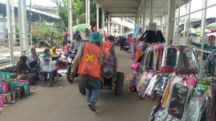 Pengerjaan Proyek JPM Tanah Abang Belum Selesai, PKL Gelar Lapak di Jalan Jatibaru