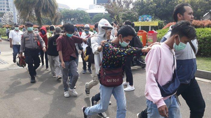 Belasan pelajar digiring menuju truk tahanan Polisi saat hendak ikut unjuk rasa pada Selasa (20/10/2020).
