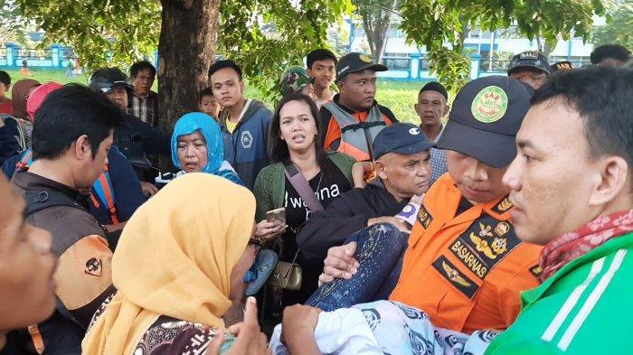 Tangis Haru Pecah Saat Jasad Pelajar SMA Tenggelam di Kalimalang Bekasi Dievakuasi