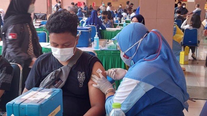 Pelajar jenjang Sekolah Menengah Atas (SMA) di Kota Tangerang yang menjalani vaksinasi Covid-19 untuk mendukung Pembelajaran Tatap Muka (PTM), Kamis (2/9/2021).