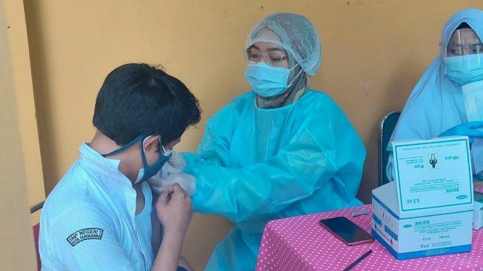 Vaksinasi untuk pelajar usia 12 sampai 17 tahun di Kota Tangerang yang mulai berjalan hari ini di SMP 1 Tangerang, Senin (19/7/2021).