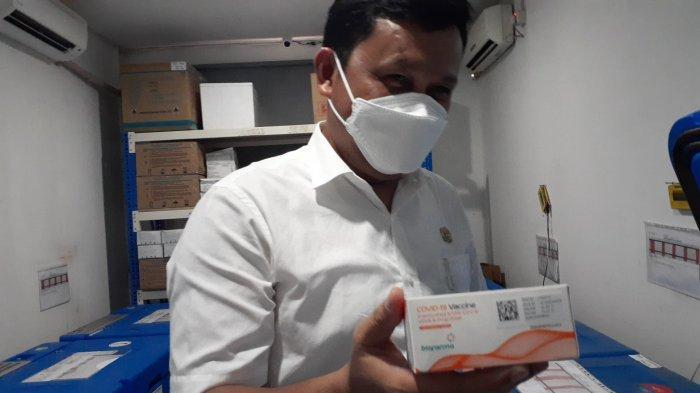 Pelaksana tugas Kepala Dinas Kesehatan Tangsel, Deden Deni di Gudang Farmasi, Serpong, Rabu (24/2/2021).