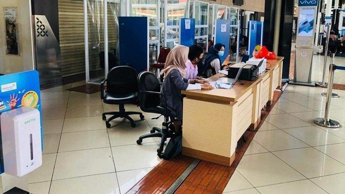 Pelaksanaan test Covid-19 di Terminal 1 Bandara Soekarno-Hatta yang sudah kembali dibuka untuk masyarakat umum, Senin (28/12/2020).