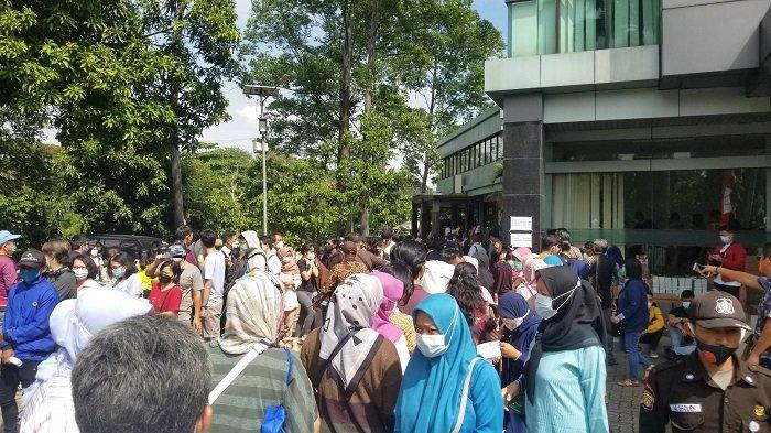 Peserta Vaksinasi Massal di Tangerang Menumpuk Hingga Terjadi Kerumunan, Ini Penjelasan Sekda