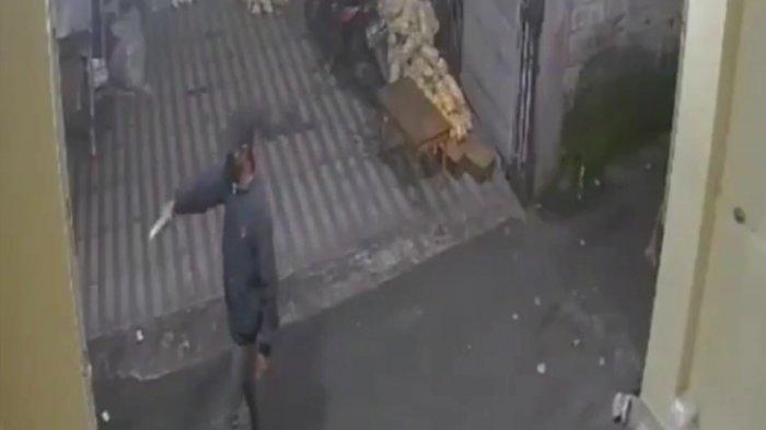 Aksinya Dipergoki, Santainya Maling di Kramat Jati Todongkan Pistol ke Warga dan Beri Isyarat Ini