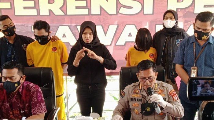 Anggota Subdit Siber Ditreskrimsus Polda Jabar mengamankan para pelaku kasus video mesum di tempat kos mereka di Cibinong Kabupaten Bogor pada Kamis (18/3/2021).