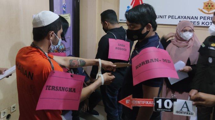 Pelaku memperagakan saat menghabisi nyawa korban dalam rekonstruksi yang digelar di Polres Metro Depok, Jumat (8/10/2021).