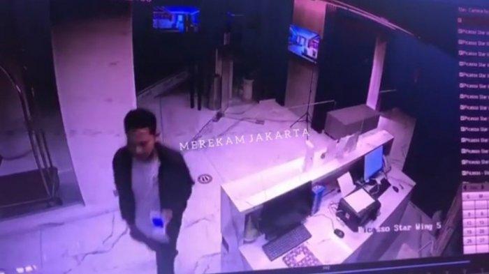 Gerak-gerik pelaku pembunuhan terhadap seorang perempuan berinisial LD (21) di Hotel Picasso Inn, Cipete Selatan, Cilandak, Jakarta Selatan terekam CCTV.
