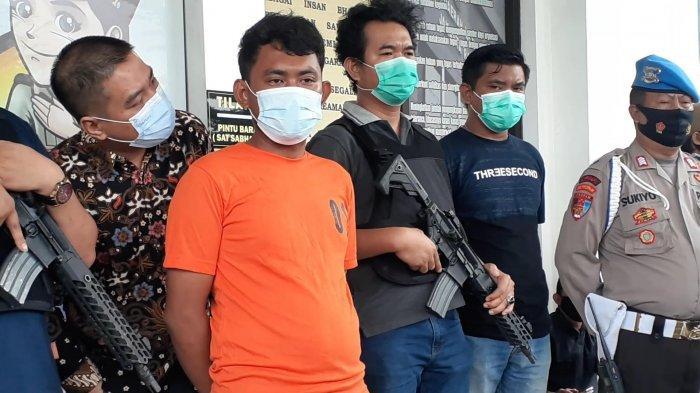 Pelaku pembunuhan pasutri di BSD Serpong, saat rilis di Mapolres Tangsel, Jalan Raya Promoter, Serpong, Minggu (14/3/2021).