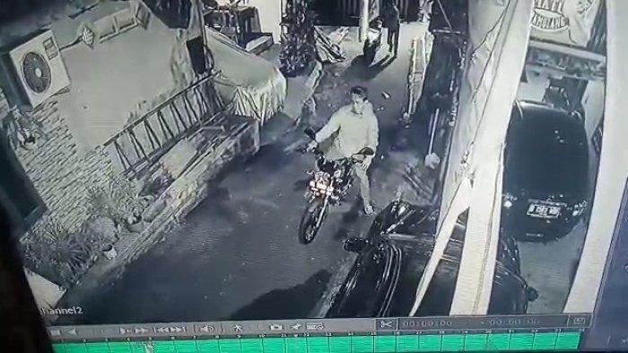 Sosok pelaku yang mencuri motor RX-King milik teman Rully dari rekaman CCTV di sekitar lokasi rumah pada Selasa (7/9/2021).