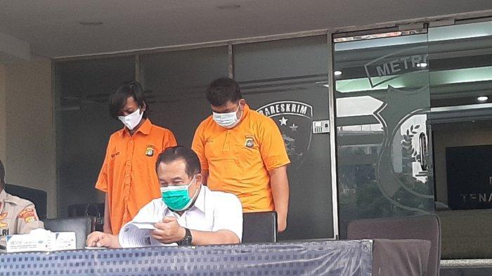 Pelaku penipuan berinisial ICN alias I (kanan berbaju tahanan) yang membuat Bank merugi ratusan juta Rupiah saat dihadirkan dalam jumpa pers di Polda Metro Jaya, Jakarta Selatan, Senin (30/8/2021).