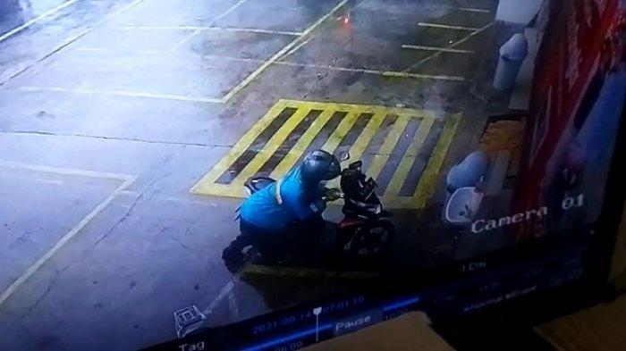 Motor Kasir Minimarket di Kemayoran Dicuri Maling Saat Hujan, Pelat Motor Pelaku Terekam CCTV