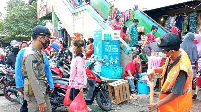 Belasan Warga Sukapura Dihukum Bersihkan Pasar Selama Satu Jam Karena Langgar Prokes Covid-19