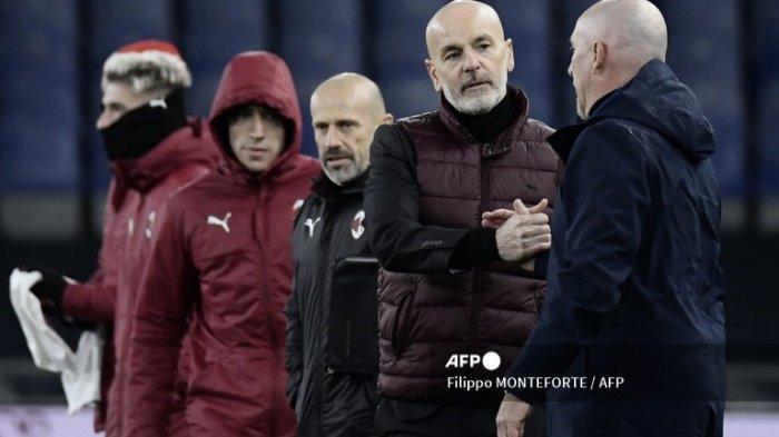 Pelatih AC Milan Italia Stefano Pioli dan pelatih Italia Genoa Rolando Maran (kanan) berjabat tangan di akhir pertandingan sepak bola Serie A Italia Genoa vs AC Milan pada 16 Desember 2020 di stadion Luigi-Ferraris di Genoa, Liguria.