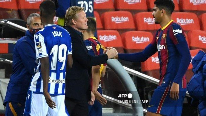 Pelatih Barcelona asal Belanda, Ronald Koeman, mengucapkan selamat kepada bek Barcelona asal Uruguay Ronald Araujo (kanan) pada pertandingan sepak bola liga Spanyol antara FC Barcelona melawan Real Sociedad di stadion Camp Nou di Barcelona pada 16 Desember 2020.