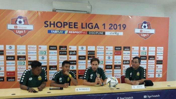 Pelatih baru Bhayangkara FC, Paul Munster bersama TM Ichsan saat menghadiri sesi jumpa pers di Stadion Patriot, Bekasi, Jumat (13/9/2019).