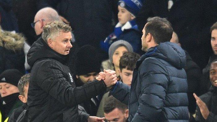 Pelatih Manchester United, Ole Gunnar Solskjaer (kiri), bersama juru taktik Chelsea, Frank Lampard (kanan), pada lanjutan babak kelima Piala Liga Inggris, 30 Oktober 2019