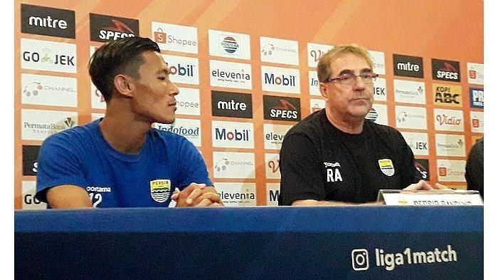 Pelatih Persib Bandung, Robert Alberts dan pemain belakang Persib Bandung, Henhen Herdiana dalam sesi konferensi pers sebelum pertandingan di Graha Persib, Jalan Sulanjana No 17, Kamis (25/7/2019).
