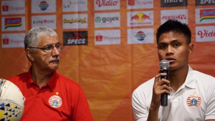 Pelatih Persija Jakarta, Edson Tavares bersama Fachruddin saat menghadiri jumpa pers sebelum menghadapi Borneo FC.