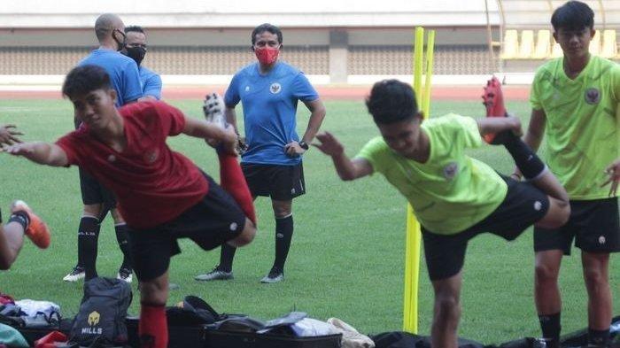 Pelatih timnas U-16 Indonesia, Bima Sakti, mengawasi para pemainnya dalam pemusatan latihan di Stadion Wibawa Mukti, Cikarang, Selasa (22/9/2020).