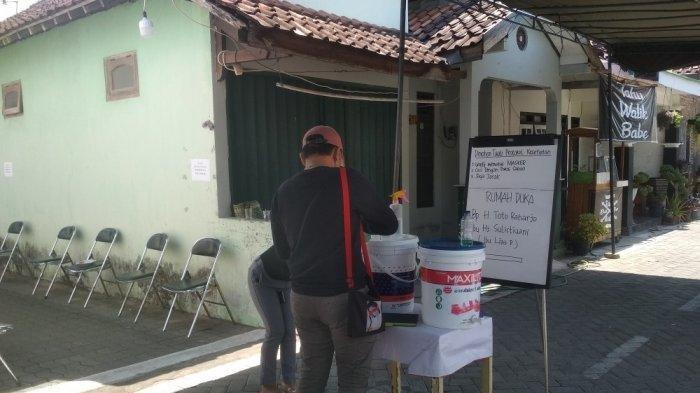 Pelayat mendatangi rumah Rinaldi Harley Wismanu di kawasan Depok Sleman, Jumat (18/9/2020).