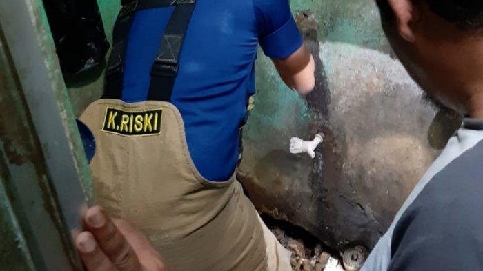 Cari Ular Teror Rumah Warga di Pekayon Pasar Rebo, Petugas Damkar Bongkar Kamar Mandi