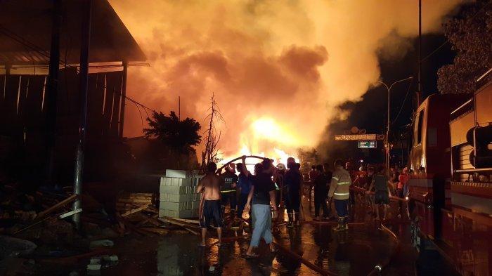 Jalur Pantura Lumpuh, Perjalanan KRL Terganggu: Kebakaran di Perbatasan Bekasi Hanguskan 10 Bangunan