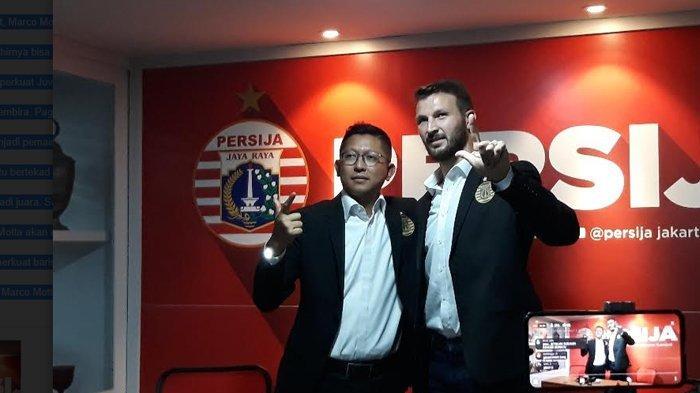 Pemain baru Marco Motta (kanan) saat diperkenalkan oleh Presiden Persija, Mohamad Prapanca (kiri) di Kantor Persija, Jakarta Selatan, Senin (3/2/2020)