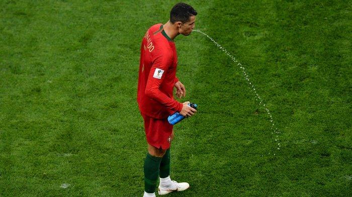 Ini Alasannya Pemain Bola Meludahkan Kembali Minuman yang Sudah Diteguknya