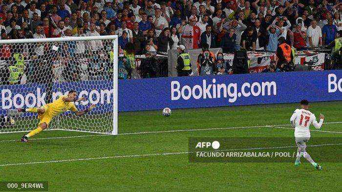 Pemain depan Inggris Jadon Sancho (kanan) gagal mencetak gol melewati kiper Italia Gianluigi Donnarumma (kiri) dalam adu penalti selama pertandingan sepak bola final UEFA EURO 2020 antara Italia dan Inggris di Stadion Wembley di London pada 11 Juli 2021.