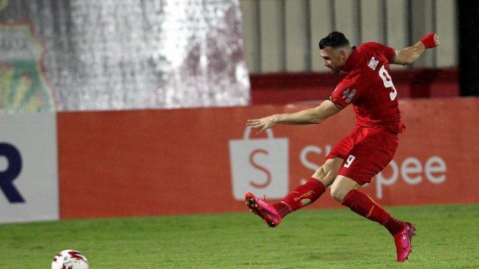 Pemain Persija Jakarta Marko Simic berusaha membobol gawang Bhayangkara FC dalam pertandingan lanjutan Liga 1 di Stadion PTIK, Jakarta, Sabtu (14/3/2020). Pertandingan berakhir imbang 2-2 antar sesama tim asal Jakarta tersebut.
