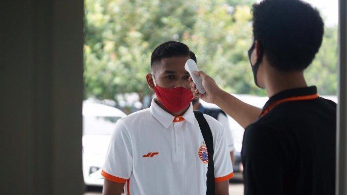 Pemain Persija Jakarta, Ramdani Lestaluhu saat menjalani rangkaian tes Covid-19 di Mess PSAU, Jakarta Timur, Selasa (18/8/2020).