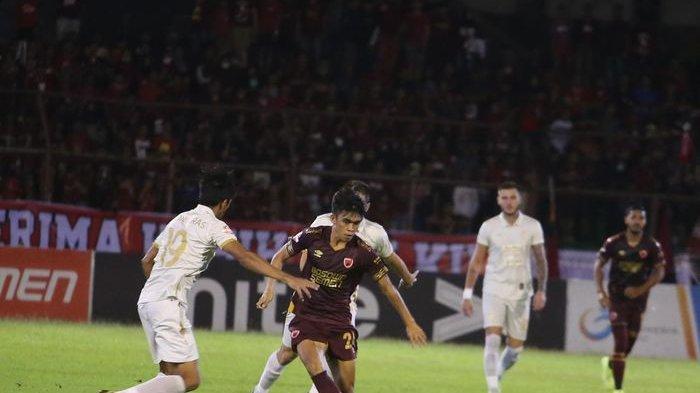 Pemain PSM Makassar, Rizky Eka, dikawal pemain PSS Sleman dalam laga pekan ke-32 di Stadion Andi Mattalatta, Makassar, Minggu (15/12/2019).