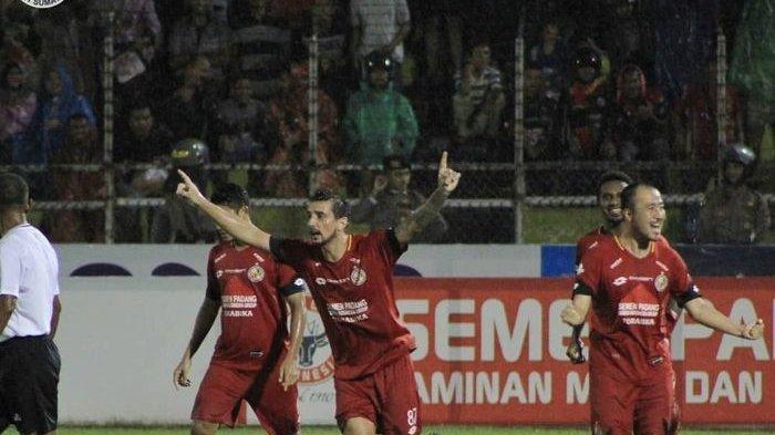 Pemain Semen Padang, Flavio Beck, merayakan golnya ke gawang Kalteng Putra di Stadion Haji Agus Salim, Kamis (21/11/2019).