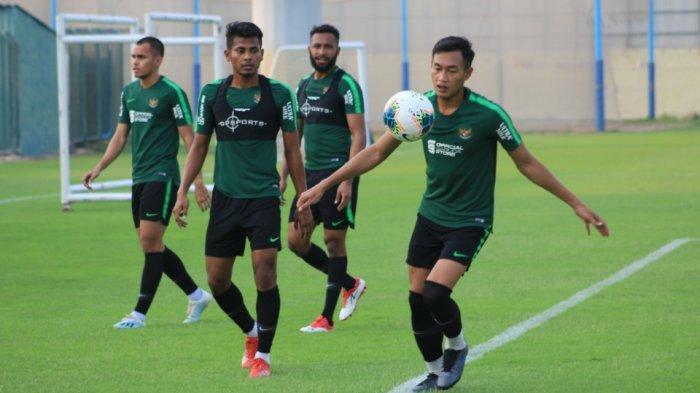 Empat pemain Timnas Indonesia, Hansamu Yama Pranata, Zulfiandi, Arthur Bonai, dan Rezaldi Hehanusa menjalani latihan di Lapangan Iranian Club, Dubai, jelang menghadapi Uni Emirat Arab pada Kualifikasi Piala Dunia 2020.