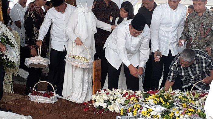 Siti Habibah Dikebumikan, SBY Pandangi Makam, Annisa Pohan Menangis saat AHY Kumandangkan Azan