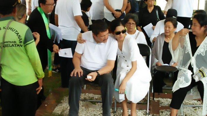 Peluk Sang Ayah, Mikha Tambayong Menangis Lepas Kepergian Ibunda