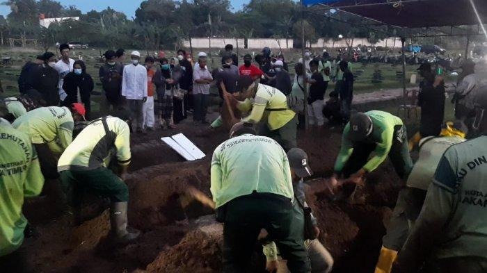 Proses pemakaman lima korban tewas kebakaran warga Kecamatan Matraman di TPU Pondok Ranggon, Cipayung, Jakarta Timur, Kamis (25/3/2021).