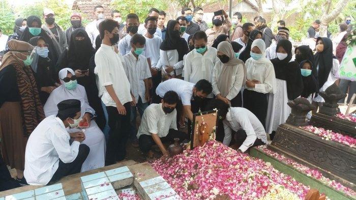 Pemakaman Rinaldi Dihadiri Keluarga Hingga Bupati, Sang Adik Ucapkan Pesan Mengiris Hati