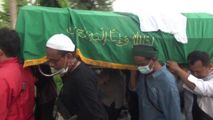 Pemakaman Muhammad Lutfi, korban tewas saat hendak melerai tawuran di Jalan Utan Panjang III RT 005 RW 007, Utan Panjang, Kemayoran, Jakarta Pusat, Rabu (19/5/2021)