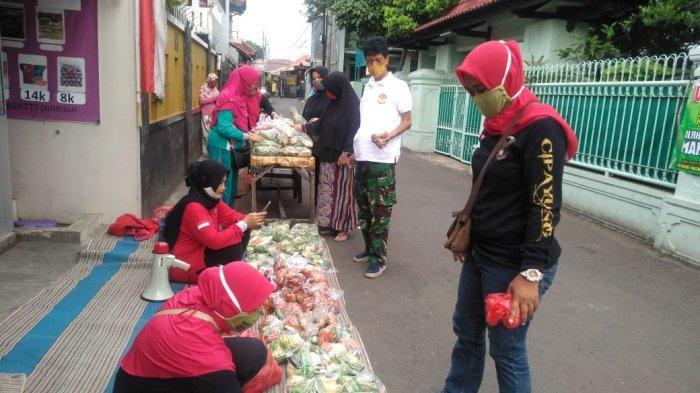 Suasana pembagian bahan makanan mentah gratis di RW 1 Kelurahan Lubang Buaya, Cipayung, Jakarta Timur, Jumat (16/10/2020).