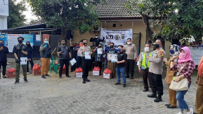 Jurnalis TV Tangsel Kolaborasi Komunitas Moge Bagikan Paket Sembako ke Warga Terdampak PHK