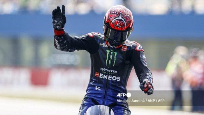 Pembalap Prancis Fabio Quartararo melakukan selebrasi di atas motor Yamaha miliknya setelah memenangkan balapan MotoGP di sirkuit TT Assen, Belanda, pada 27 Juni 2021.